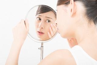 girl-look-up-mirror