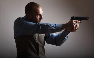 銃を構える外国人