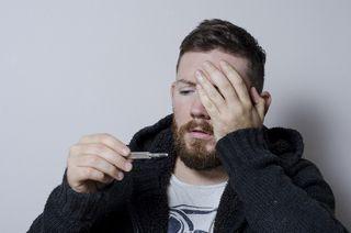 体温を測る男性