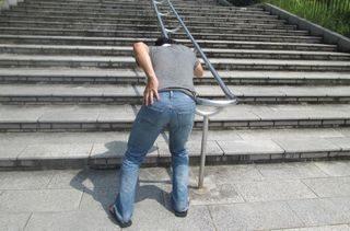 階段を上る途中で腰痛