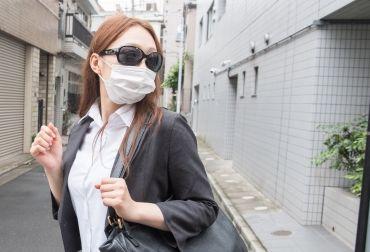 花粉症マスクと眼鏡をする女性