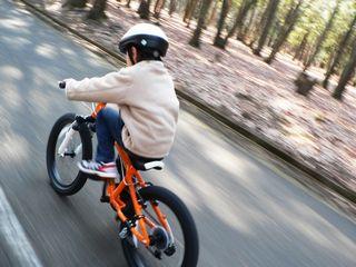 自転車の乗る子供