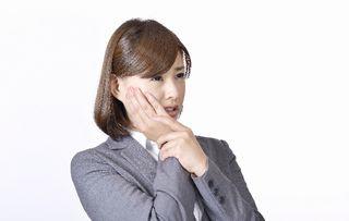 口内炎が痛む女性