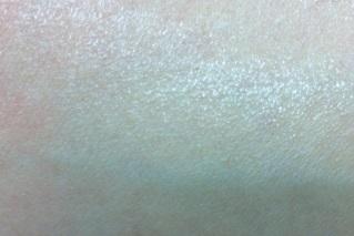ビーソフテンローションを腕に塗ってのばす
