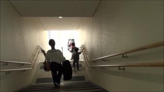 階段を降りる(伊丹空港ターミナル)