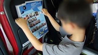 緊急時の注意を読む子供(天草エアライン機内)