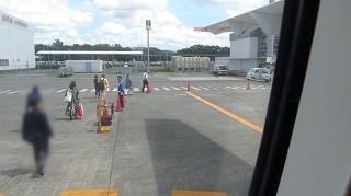 熊本空港を歩いてターミナルへ