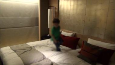 エクシブ有馬離宮和モダンルームのツインベッドで遊ぶ子供