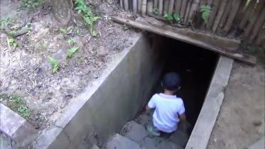 地下へ降りる階段を下る子供