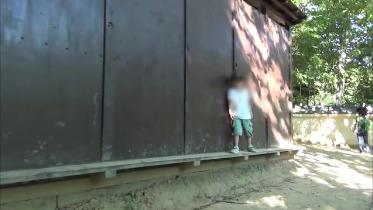 壁横歩き修行中の子供