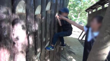 壁につかまる子供1