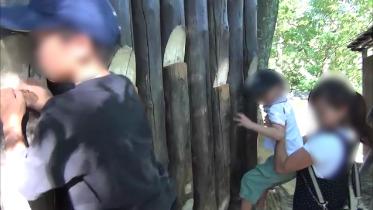 壁につかまる子供2