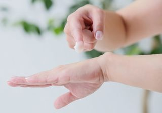 クリームを手に塗る女性