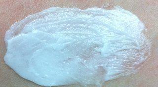 ヒルドイドクリームを腕に塗る