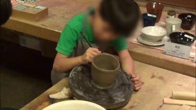 エクシブ白浜アネックスで陶芸を作る子供