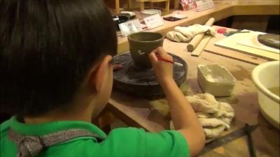 エクシブ白浜アネックスで陶芸にペインティングする子供